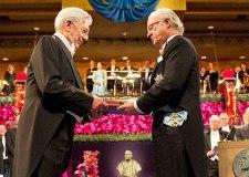 Vargas Llosa recibiendo el Premio Nobel