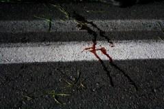 Sangre sobre la carretera tras un enfrentamiento.