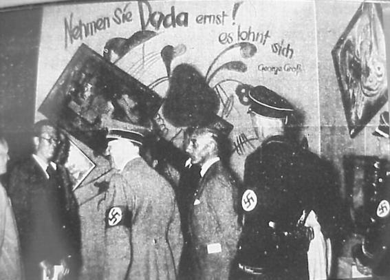 Hitler en la exposición de-Arte degenerado.