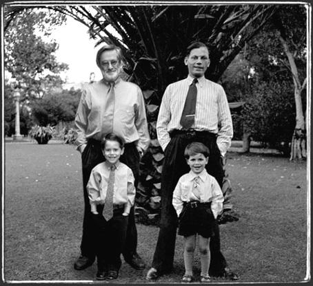 Los Meyer. © 1940-2000 Pedro Meyer. Fotografía digital en la que aparecen él de niño y de adulto, con su hijo y su padre.