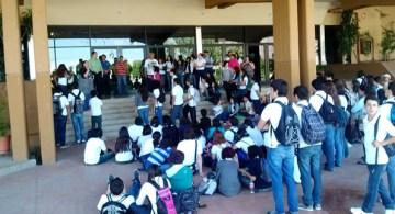 Protesta de alumnos por la renuncia de la maestra de literatura, el pasado 15 de octubre.