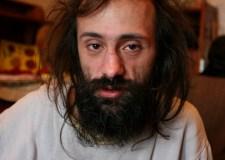 Un jipi cuarentón, Vatia Morozov, Til, a quien la milicia ha arrestado decenas de veces.