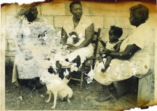 Fotografía de Zora Neale Hurston (centro) y amigas, tomada afuera de su casa en Fort Pierce, FL ca. 1959. Posiblemente sea la última que se le tomó.