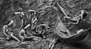 Habitualmente las mujeres de la aldea zo-e de To Wari Ypy utilizan la fruta roja de la bija bixa orellana para colorear su cuerpo. Foto © Sebastião Salgado.