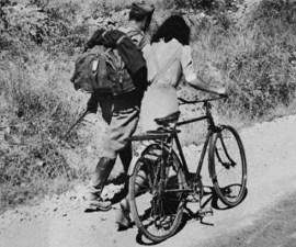 Italia, 1943. Enamorados despidiéndose. Tomada de theguardian.com.