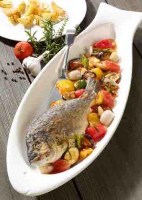 Gebratene Dorade auf Ratatouille mit Ofenkartoffeln (cholesterinarm) Foto: Wirths PR