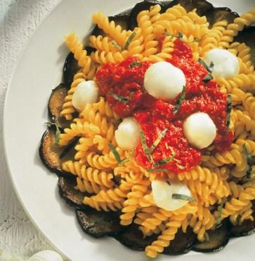 Nudeln mit Auberginenfächer und Mozzarella (cholesterinarm) Foto: Wirths PR