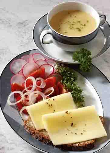 Schlanke Linie: Käsebrot mit Rohkost und Suppendrink Foto: www.1000diaeten.de