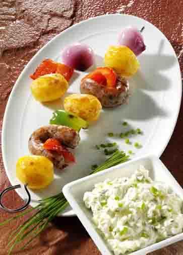 Kartoffelspieße mit Bratwurst und Kräuterquark Foto: Wirths PR