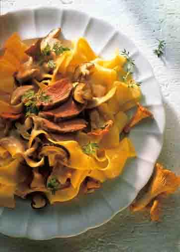 Pilzgerichte: Bandnudeln mit Fasanenbruststreifen in Steinpilz-Pfifferling-Sauce Foto: Wirths PR
