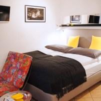 Doppelbett mit Blick auf den TV