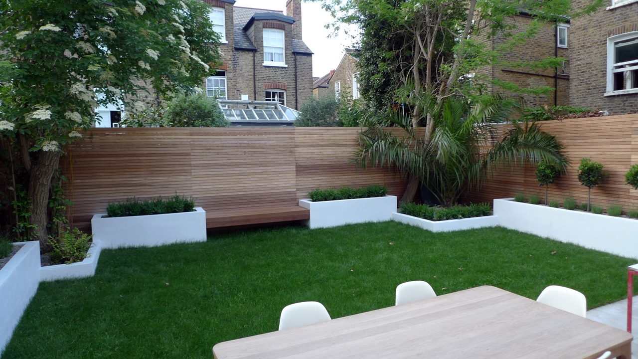 Clapham Landscaping Hardwood Cedar Screen Raised Plastered Beds Hardwood Bench Sawn Sandstone - Hochbeet Modern