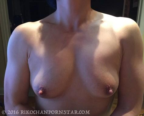 muscle girl Rikochan's nude pecs