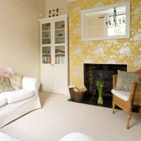 20 Living Rooms with Beautiful Floral Wallpaper - Rilane