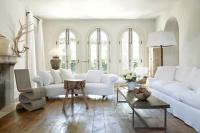 20 Sumptuous Living Room Designs with Arched Windows - Rilane