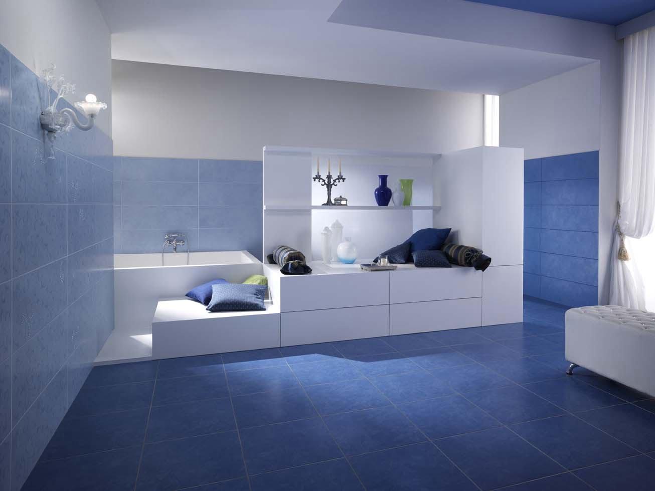 Bagno bianco e blu lavandino del bagno bianco del sottotetto e