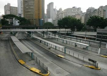 Ataque do PCC (Primeiro Comando da Capital): Terminal de ônibus da Praça da Bandeira completamente vazio devido a onda de violência que assola a cidade de São Paulo. (São Paulo, SP, 15.05.2006. Foto de João Wainer/Folhapress)