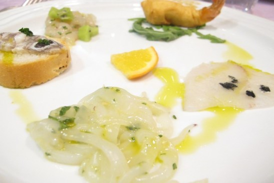 Coda di gambero in tempura di ceci e crudite