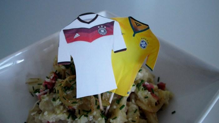 Trikot-Fähnchen der beiden Mannschaften auf brasilianischen Spätzlie