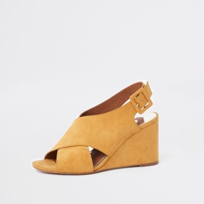 Braune Keilabsatz Schuhe Yellow Cross Over Wedges