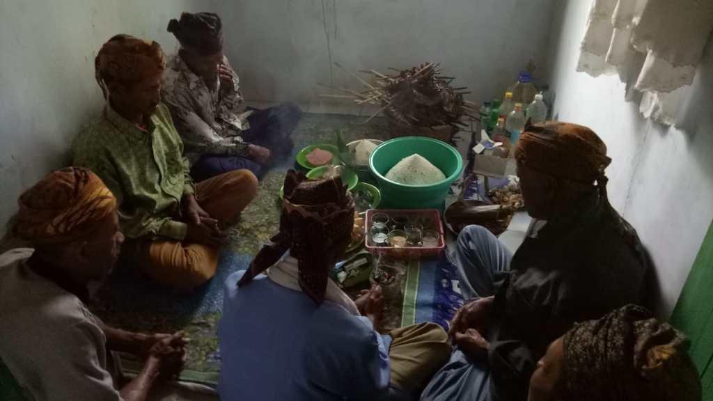 Beberes Lembur ; Para  sesepuh  adat kasepuhan berkumpul dan berdoa/syukuran bersama atas hasil panen padi tahun ini (Dok ; RMI)