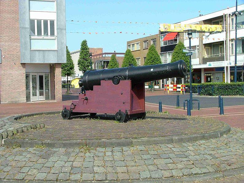 Kanon op de kop van de Beatrixstraat Den Helder ter hoogte van voormalig Andy's Kitchen