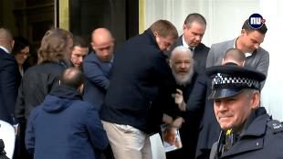 'Julian Assange' gearresteerd in en afgevoerd uit de ambassade van Ecuador in Londen (foto nu.nl)