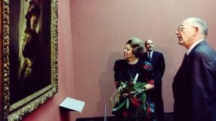 Beatrix bekijkt Rembrandt's vaandeldrager (foto NOS)