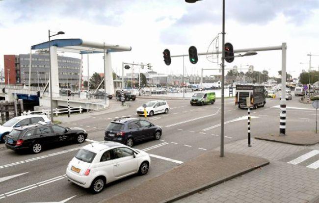 De kruising voor de Van Kinsbergenbrug (foto George Stoekenbroek)
