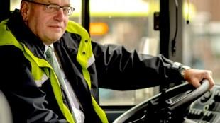 Fred Teeven als buschauffeur (foto Geen Stijl)