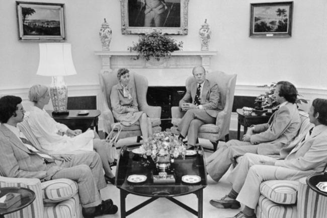 President Gerald Ford meeting with the family of Dr. Frank Olson in 1975 (foto Bettmann)