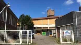 De binnenplaats van het Rob Scholte Museum, nu het toneel van de illegale sloopactiviteiten van Aannemingsbedrijf A. Tuin (foto Staf RSMuseum)