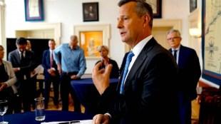 Commissaris van de Koning Arthur van Dijk vertelt in de Van Kinsbergenzaal over zijn bezoek aan Den Helder (foto Peter van Aalst)