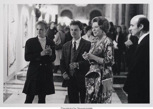 Peter Klashorst op dezelfde gelegenheid met zijn geliefde Simone Doorman, familie van Karel, in onderonsje met koningen Beatrix (foto Facebook)