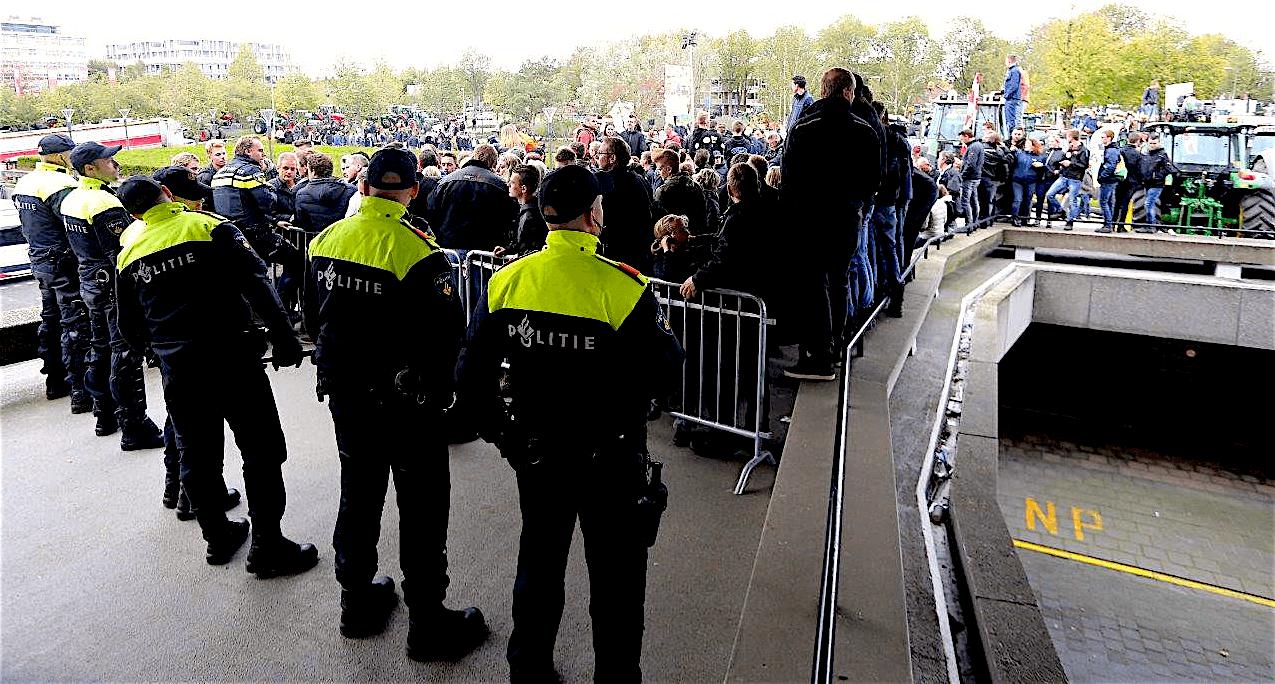 De sfeer bij het protest van vrijdag bij het provinciehuis in Den Bosch was soms gespannen, maar grote incidenten bleven uit (foto Bart Meesters)