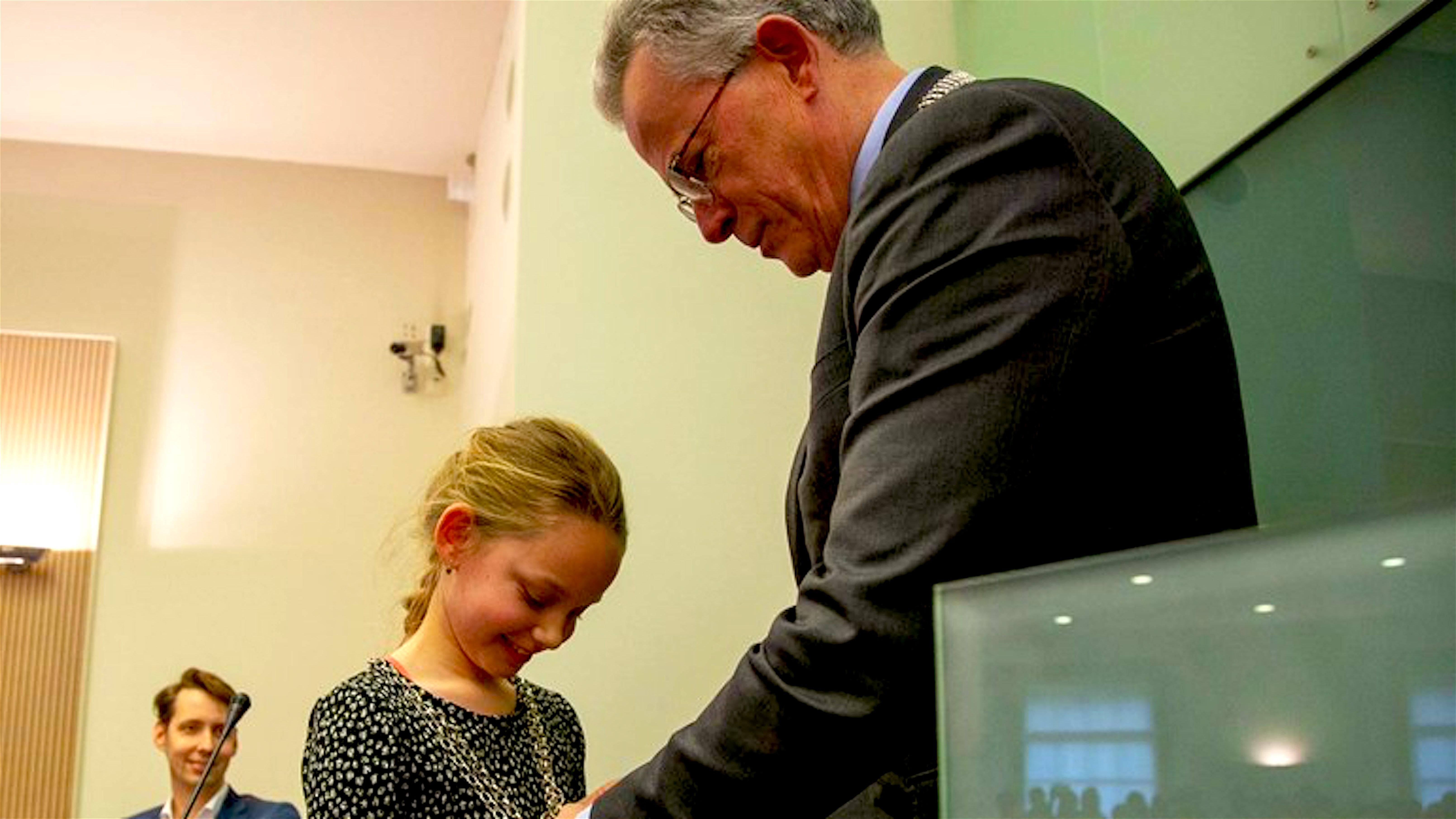 Kinderburgemeester Floor werd giateren, 12 februari 2020, benoemd door de 'echte' burgemeester van Groningen kindervriend Koen Schuiling (foto Henk Tammens/RTVNoord))
