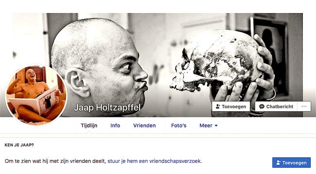 Peter Klashorst op de Facebook pagina van Jaap Holtzapffel met het Roofboek (Plof!) in bed en met schedel van onbekende (foto Facebook)