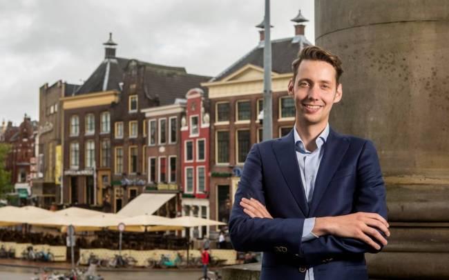 Aan de vooravond van zijn vertrek neemt Mattias Gijsbertsen nog een flink aantal burgemeesterstaken waar (foto Deborah Roffel)
