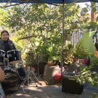 Αστυνομικός που κλήθηκε να επιπλήξει μπάντα για διατάραξη κοινής ησυχίας, κατέληξε να τζαμάρει μαζί τους!