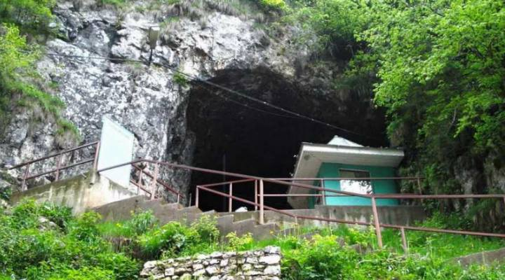 (Video) Legendele din jurul peșterii Dâmbovicioara. Aici se adăposteau haiducii care luau de la turisti și dădeau copiilor săraci