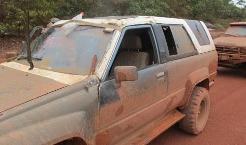 So sieht es aus, wenn der Autoscheibendoktor in Guyana zu Werke ist.