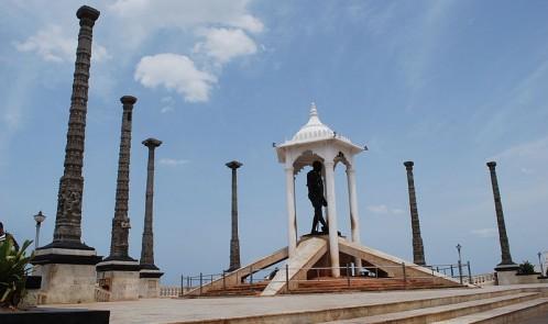 Mahatma_Gandhi's_Statue_on_Pondicherry_Beach_Promenade