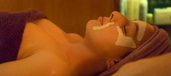 tratamiento facial en salón de belleza y estética