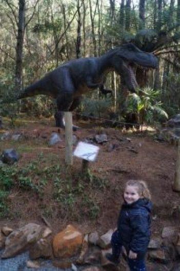 Bel e a mãe do Luca (o dinossauro de pelúcia dela)