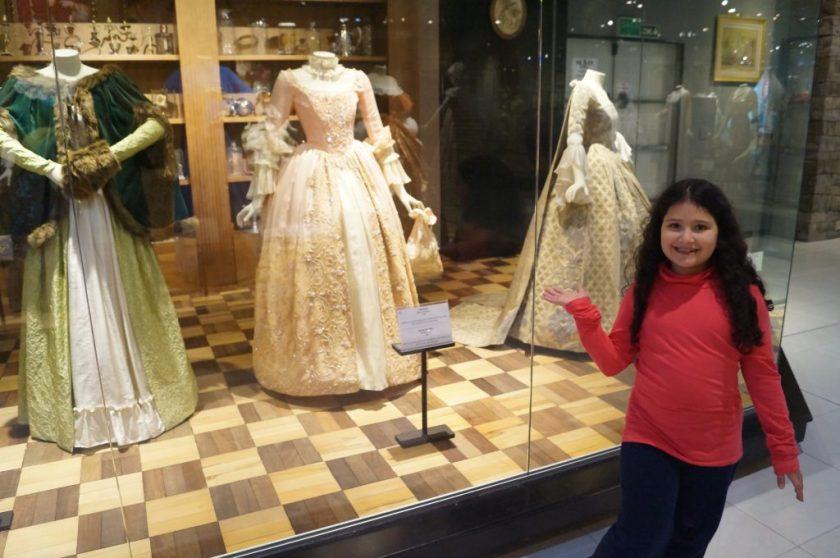 A Beatriz exibindo as grandes obras de alta costura