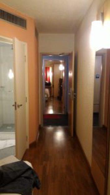 Dois quartos quase geminados.