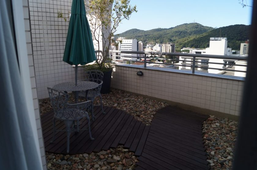 Varanda frontal do quarto cobertura do hotel