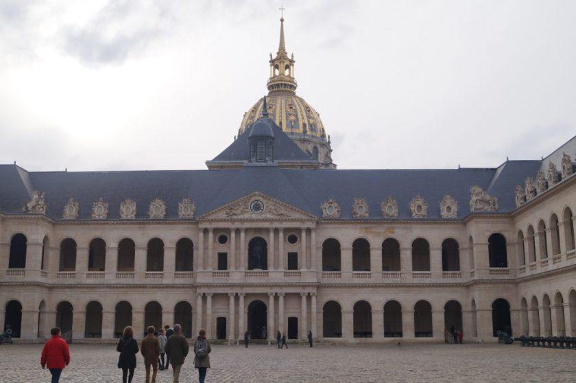 Vista do Pátio Interno dos Invalides.  Ao fundo, o Dome dos Invalides, onde fica o túmulo de Napoleão.