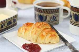 Homemade croissants | roxanashomebaking.com