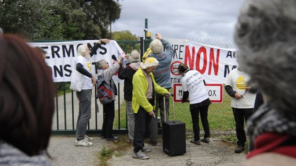 Anti-GMO (genetically modified foods) protestors install banners in front of the site entrance of US seed company Monsanto on October 12, 2013 during a day of action against the company, in Monbequi, southern France. (AFP Photo / Pascal Pavani)